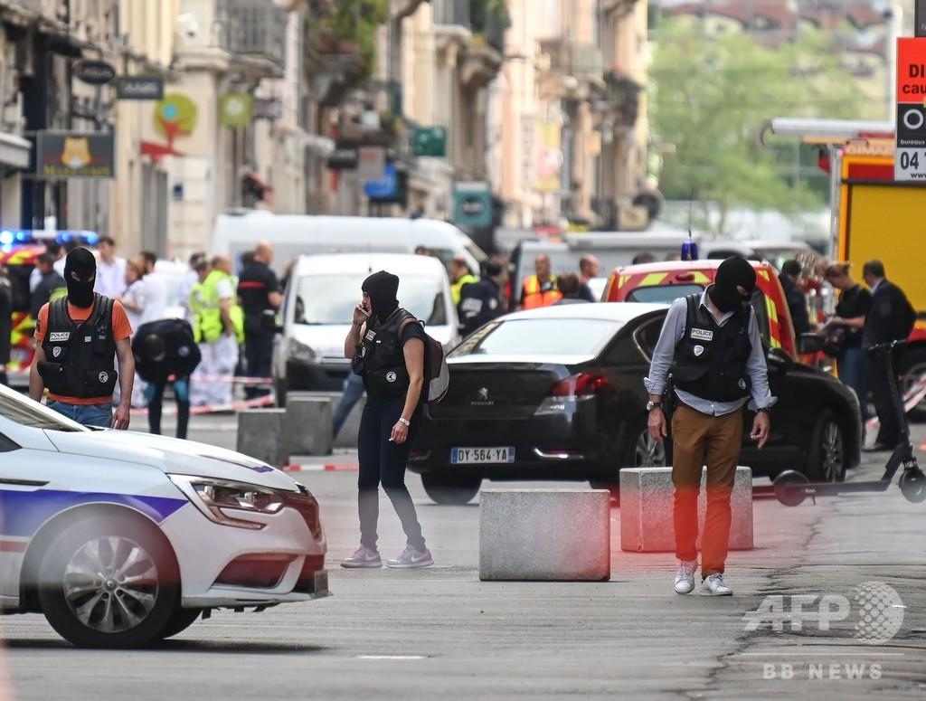 仏リヨンで爆発、十数人負傷 「攻撃」と大統領