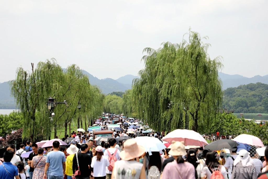 夏休み! 景勝地の西湖に人波 杭州