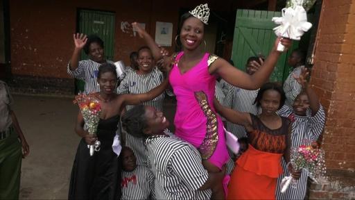 動画:ケニアの刑務所でタレントショー、ダンス披露に美人コンテストも
