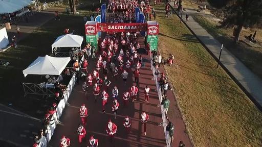 動画:サンタ数百人が走る! メキシコで恒例のクリスマスラン