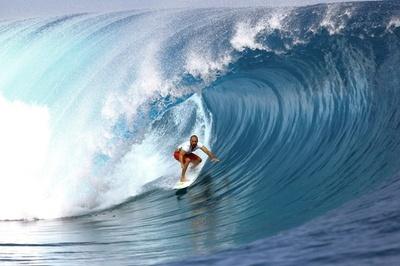 バトル繰り広げるサーファーたち、タヒチでプロサーフィン大会