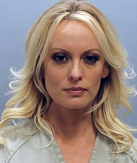 大統領提訴のポルノ女優、検察が訴追取り下げ ストリップ中に逮捕