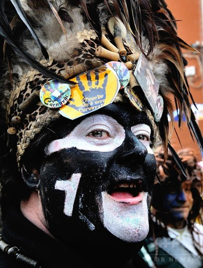 顔の「黒塗り」は差別か自由か…仏で仮装パレードめぐり論争