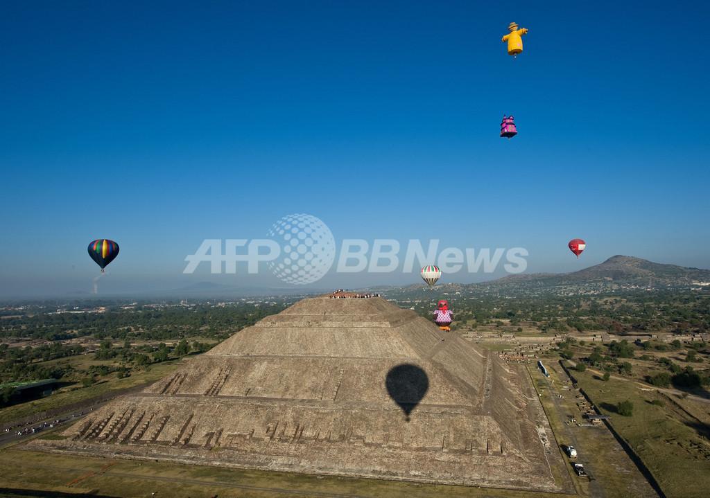 「太陽のピラミッド」上空に熱気球、春分の祭典 メキシコ