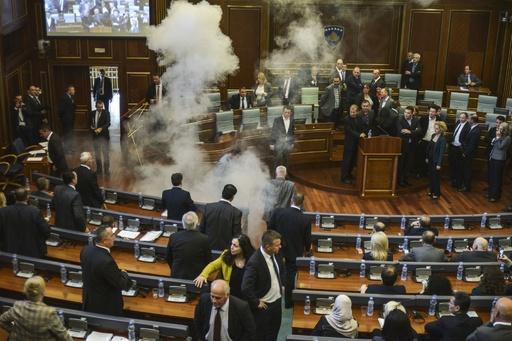 コソボ議会でまた催涙ガス噴射 野党議員、セルビアとの合意に抗議