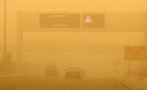 砂嵐にのみ込まれたクウェート、原油輸出も一時停止
