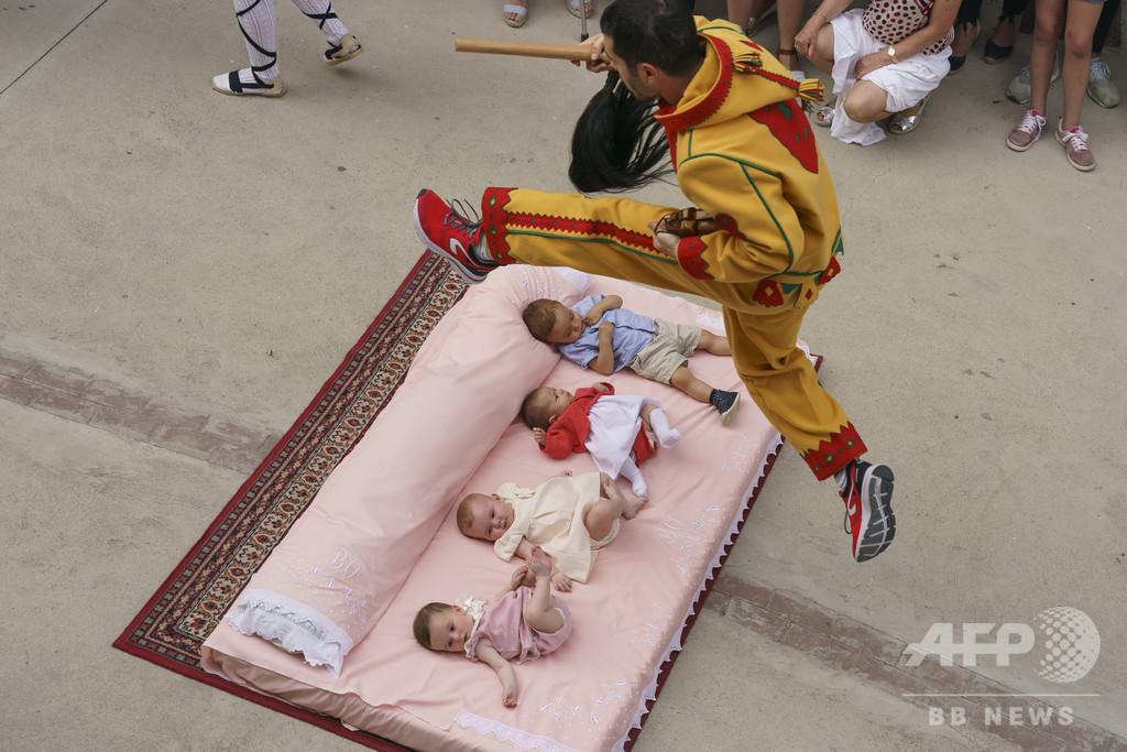 【今日の1枚】悪魔が赤ちゃんの上を…!
