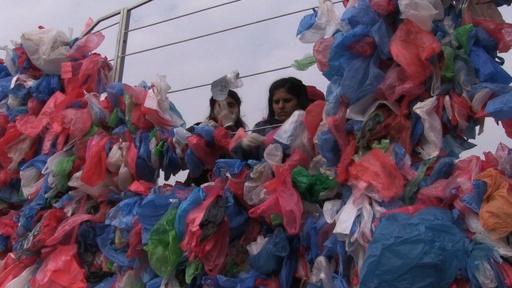動画:プラスチック袋10万枚で「死海」の地図、環境問題訴えギネス記録に挑戦 ネパール