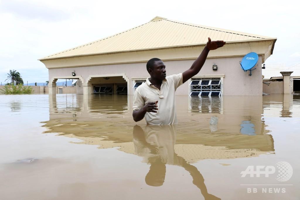 ナイジェリア中部で豪雨、大人の腰の高さまで冠水