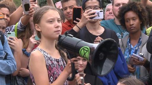 動画:高校生環境活動家トゥンベリさん、米ホワイトハウス前で環境保護訴え