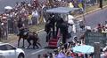 声援に馬びっくり、落馬した女性警官にローマ法王歩み寄る