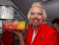 ヴァージン会長の「女装罰ゲーム」実行、エアアジアの客室乗務員に