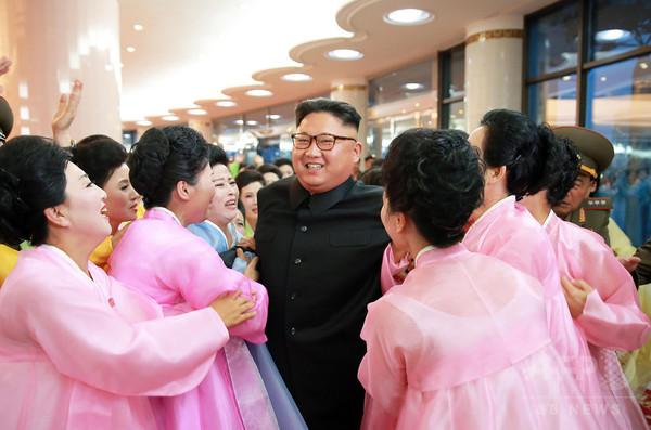 金正恩氏、女性パフォーマーに囲まれご満悦?