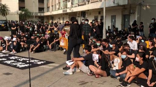動画:香港、警官に撃たれた高校生の学校で抗議の座り込み