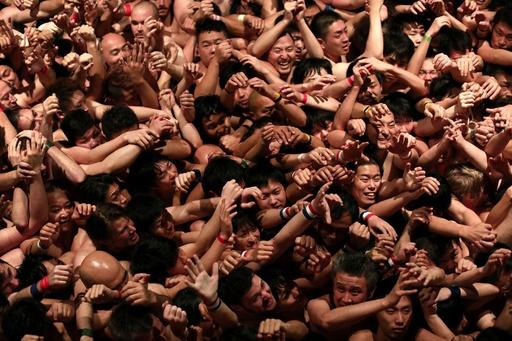 【AFP記者コラム】岡山の裸祭りで見た日本の不思議と伝統
