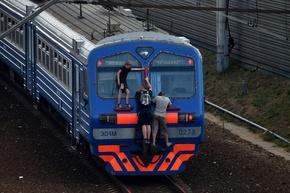 スリル求め「トレインサーフィン」にのめり込むロシアの若者たち