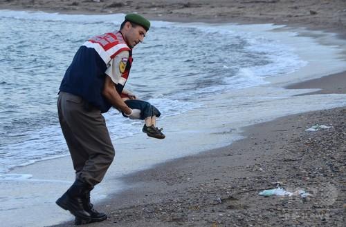 海岸に打ち上げられた移民男児の遺体、欧州各国で波紋呼ぶ