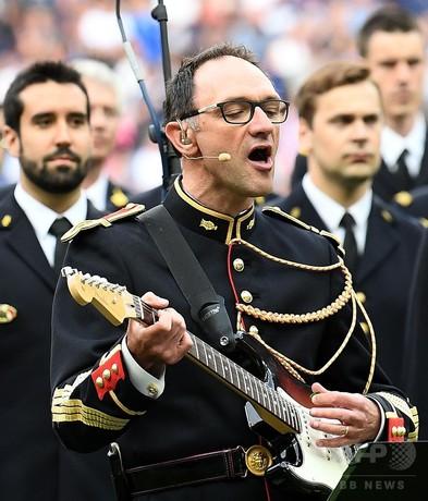 サッカー試合でオアシス熱唱、仏軍楽隊員をN・ギャラガーが招待