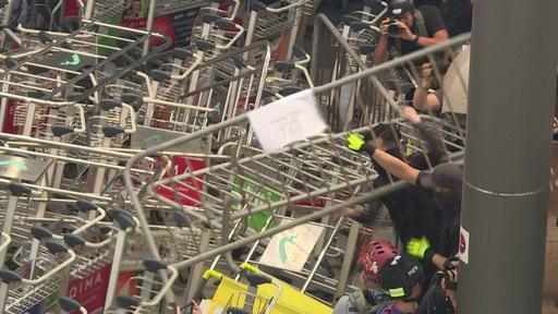 動画:デモ隊が空港に通じる道路を封鎖、欠航など旅行客に影響 香港