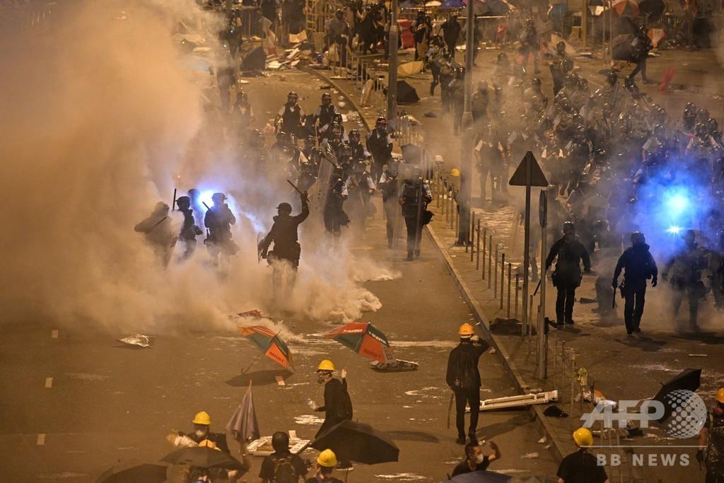 香港警察、議会占拠のデモ隊を強制排除