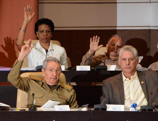 キューバのカストロ議長、来年4月に退任へ