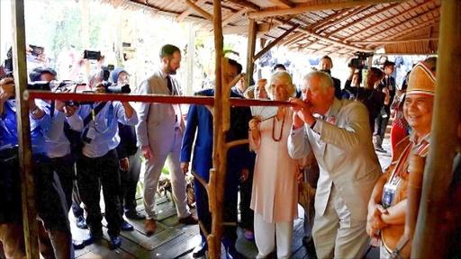 動画:チャールズ英皇太子、ボルネオ島で吹き矢に挑戦