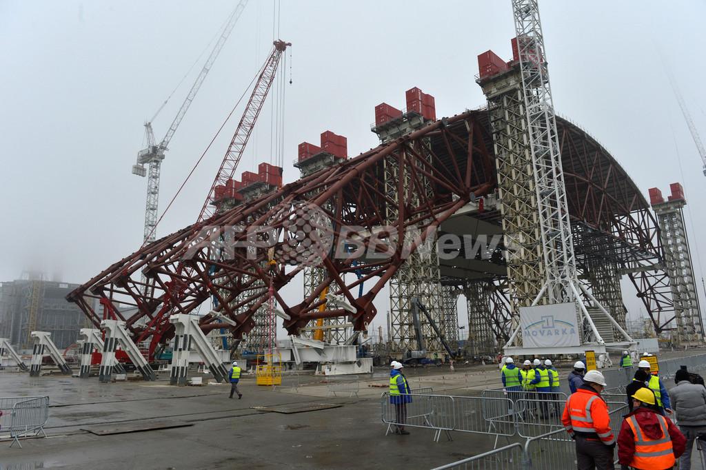 チェルノブイリ原発、建造中の巨大シェルターが姿現す
