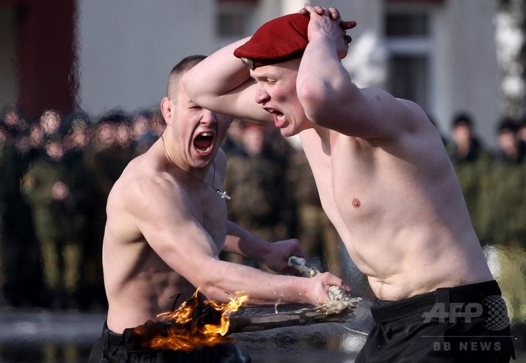 上半身裸で冬の終わり祝う、ベラルーシの兵士