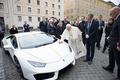 ローマ法王、贈呈されたランボルギーニ サイン付きで競売へ