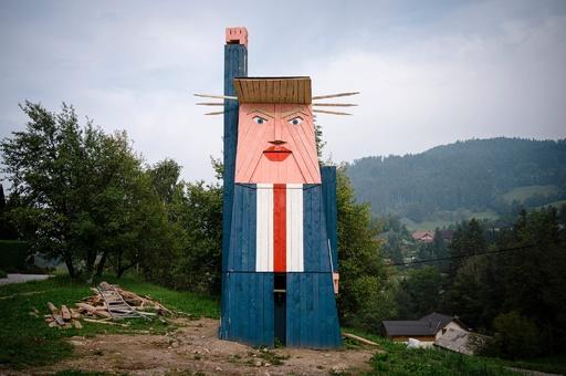 トランプ氏の巨像、スロベニアに登場 村人から怒りの声も