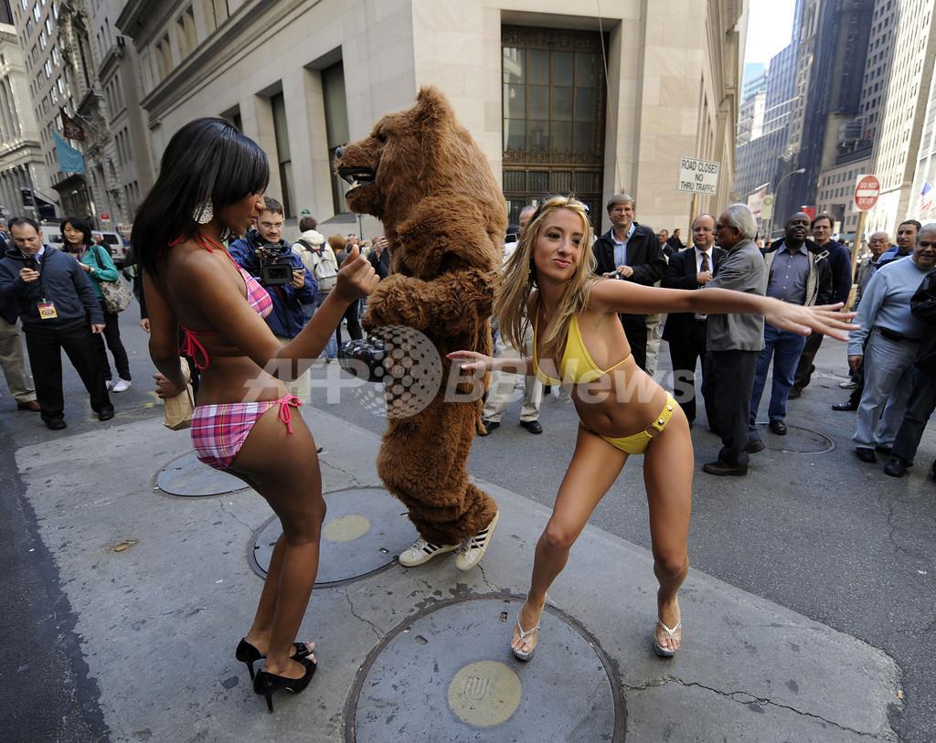 この株安にはクマったもんだ、NY証券取引所前にクマ現る!?