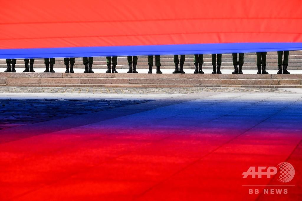 【今日の1枚】巨大国旗に敬意、ロシアの記念日