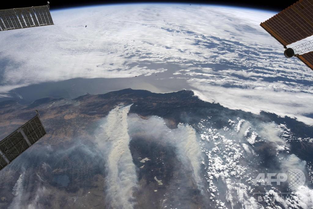 ISSからも観測、米カリフォルニア州の山火事