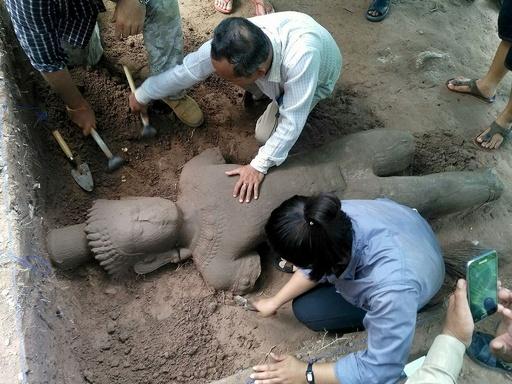 アンコールワットで巨大像発見、病院守るシンボルか カンボジア