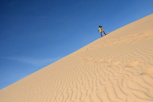 雪山ではなく砂丘で練習、ベトナムのスノーボード選手