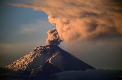 エクアドルのコトパクシ山が噴火、噴煙2000メートル