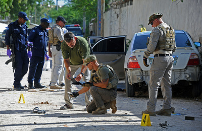 ソマリアのテレビ局記者爆殺、子どもの目の前で車爆発
