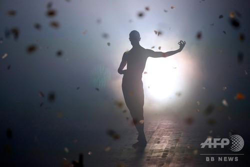 花吹雪とダンサーが舞う「ディオール」19年春夏コレクション