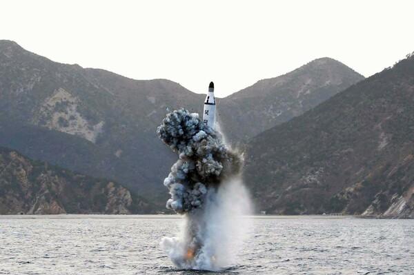 北朝鮮が潜水艦ミサイル発射 安倍首相「日本の防空識別圏に初」