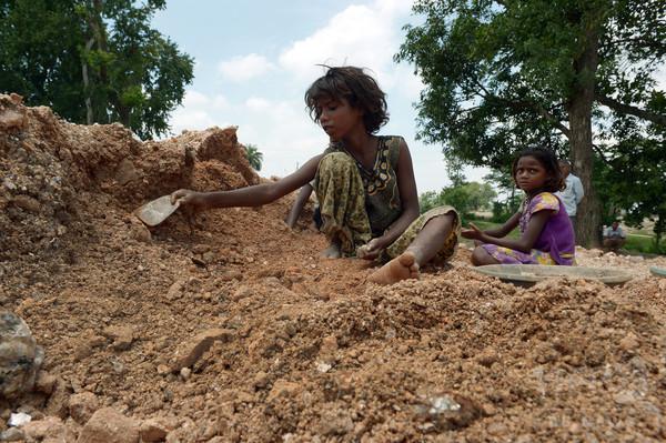 女性を彩る「きらめき」の影、雲母採取の児童労働 インド