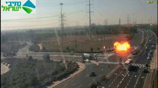 動画:高速道路にロケット弾着弾 瞬間映像を監視カメラが捉える イスラエル