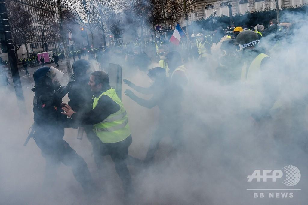 パリのデモ、参加者が暴徒化 車や店舗に放火 270人逮捕