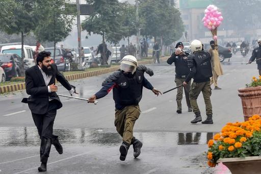 弁護士200人超の集団が医師らを襲撃、病院患者3人死亡 パキスタン