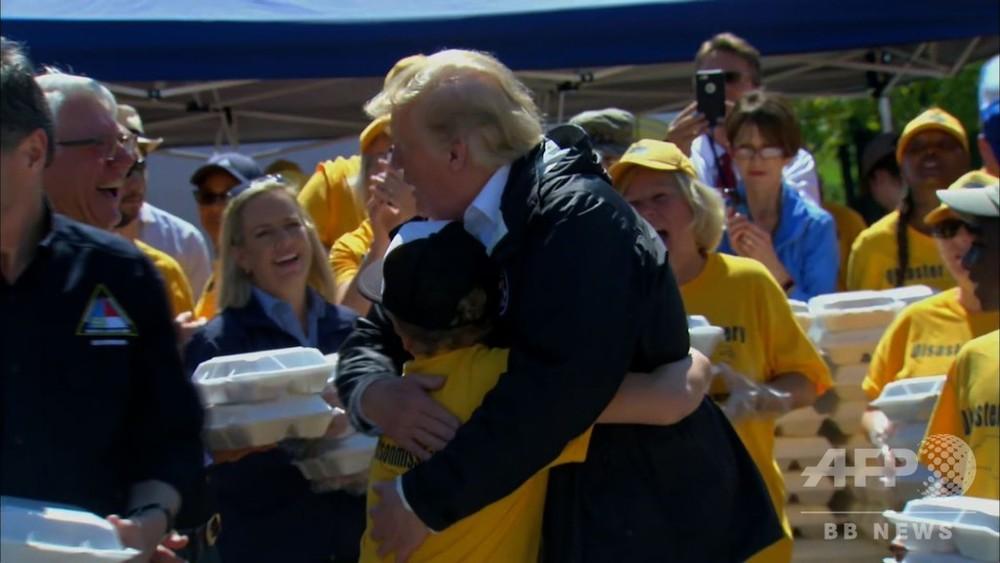 動画:トランプ米大統領、ハリケーン被災地訪問 食料配給の手伝い