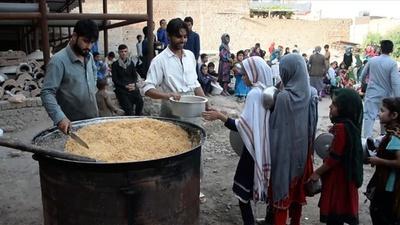 動画:断食月のアフガンで子どもたちに食事支給、慈善団体が寄付