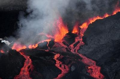 インド洋のフルネーズ火山が噴火、溶岩激しく噴出