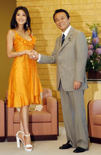 ミス・ユニバース日本代表、麻生首相を表敬訪問