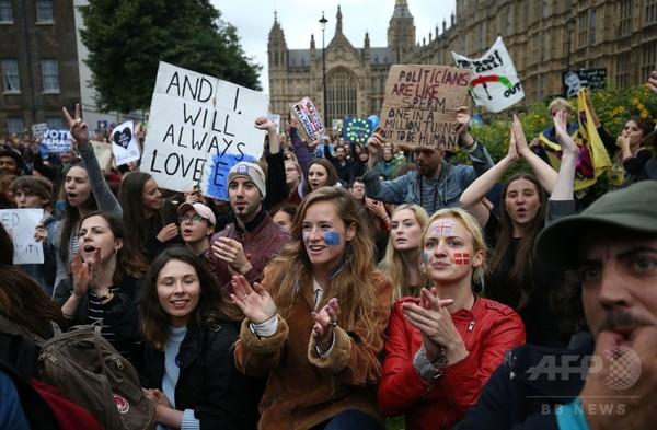 悲嘆に暮れるロンドンっ子、EU離脱に抗議のデモ