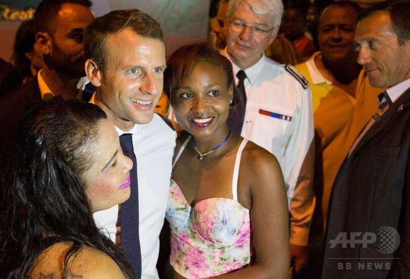 国際ニュース:AFPBB News仏領ギアナ訪問のマクロン大統領、大麻のにおいに気付く