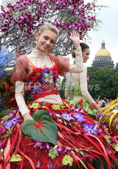お花のドレスでにっこり、サンクトペテルブルクの国際フラワーフェスティバル